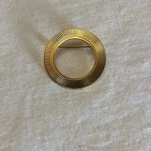 Beautiful Vintage Gold Tone Round Brooch or pin